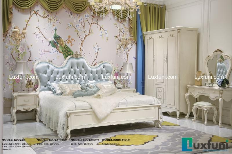 Khác với mẫu giường ngủ 6001, mẫu 6002 có thêm điểm nhấn là phần nệm tựa màu xanh dương nhã nhặn