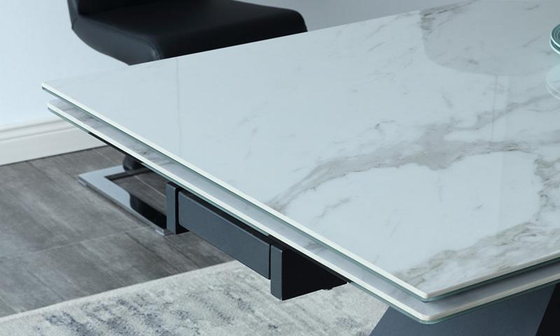 Mặt bàn T839 bao gồm 2 lớp: lớp dưới kính cường lực 5ly, lớp trên ốp 1 lớp vật liệu gốm