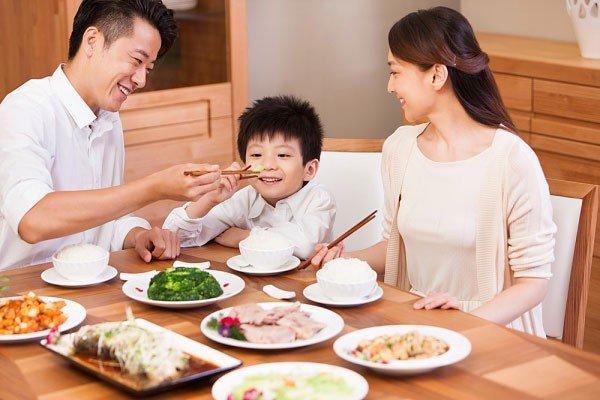 8 Mẫu bàn ăn phù hợp cho gia đình có trẻ nhỏ