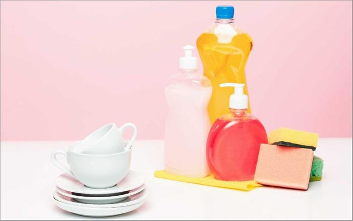 dùng trực tiếp các loại xà phòng sẵn có trong nhà bếp để vệ sinh